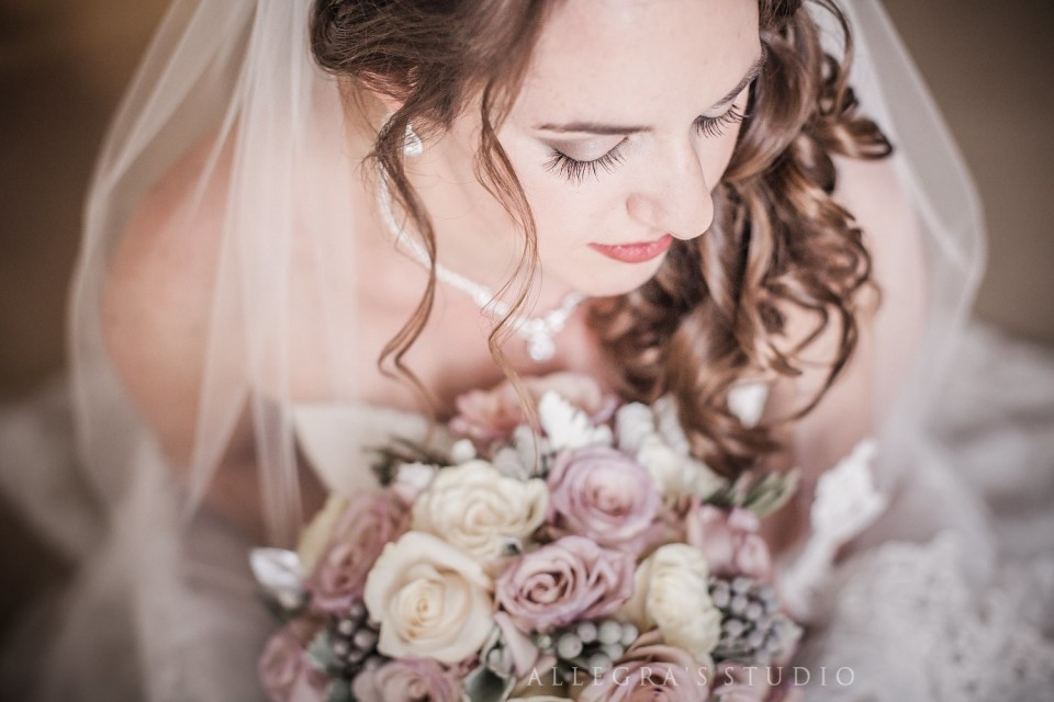 Pretty bride with rose bouquet